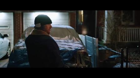 """危险藏匿:汤姆·哈迪深夜在垃圾桶碰见一只""""斗牛犬"""",""""斗牛犬""""把他还有一个女生眷顾在一起!"""
