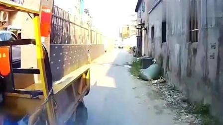 男子骑三轮车玩手机,过于沉迷撞上货车!幸好速度慢捡回一条命