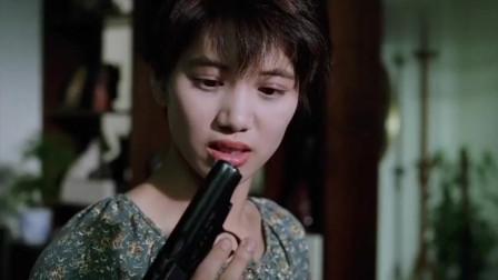 小伙的枪不合常规,女子想背后对他下黑手,不料2枪全打中自己