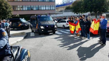 """西班牙抗暴警察返回家乡,被当地民众视为""""英雄"""""""