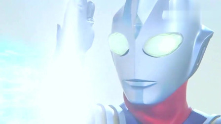 奥特曼:迪迦奥特曼的能量被怪兽吞噬,光线都不能放了,能量灯也开始闪了