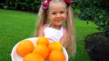 萌娃用新鲜的橘子给哥哥做美味的冰淇淋,小家伙的手艺可真棒