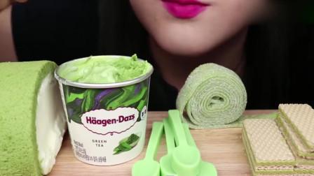 """吃各种""""绿色食品"""",抹茶冰淇淋很美味,就是太费巧克力勺子,但是特别漂亮养眼!"""