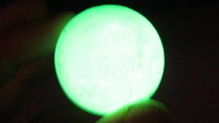 父亲300元买的夜明珠,称晚上厕所不用开灯,专家惊呼:六千年