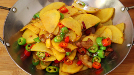 这才是干锅土豆片的正宗做法,下酒又下饭,给红烧肉都不换,真香