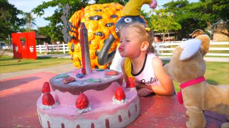 今天是萌娃小萝莉的生日吗?小萝莉准备了超大的蛋糕,也太好吃啦!