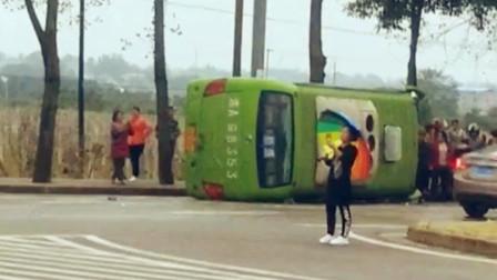【重庆】路口处两车相撞 小客车瞬间被怼翻