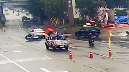 【重庆】三轮车司机路遇事故看热闹 不料方向跑偏撞上事故车