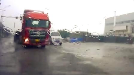 【重庆】雨天过路口时不减速 致两车相撞受损严重