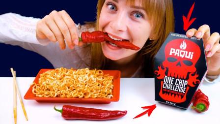 """小姐姐挑戰超流行的""""死亡薯片"""",比火雞面還辣的東西!"""