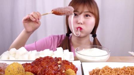 吃货美女吃芝士热狗+奶酪球+炸鸡腿和奶油,发出咀嚼音,吃得太过瘾了!
