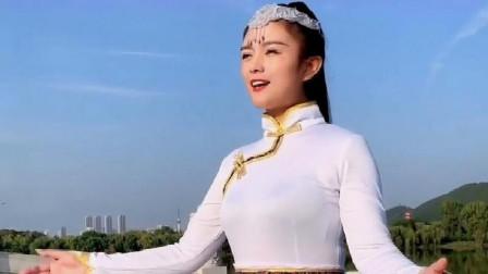 民谣歌曲,草原女歌手一曲《歌在飞》,词曲入心,好听极了!