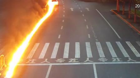 """司机醉驾撞护栏车尾瞬间着火 马路上燃起百米""""火蛇""""场景恐怖"""