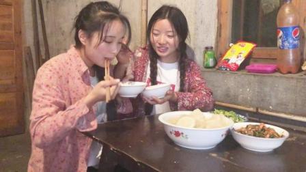 农村姐妹干了一天活,晚饭做了三道菜,侗族姐妹花吃了两大碗