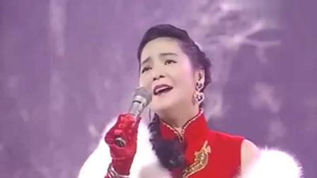 1992年香港小姐决赛,邓丽君献唱《漫步人生路》,天后霸气