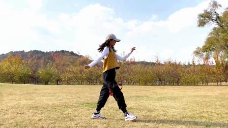 鬼步舞《野花香》时尚的舞步和美丽的秋色相结合,清新有活力