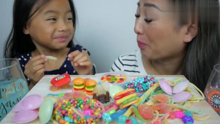 吃货小姐姐,和女儿一起吃糖果,小朋友长得真可爱!
