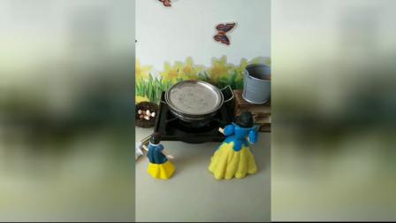 少儿亲子幼教:白雪公主给女儿做面包。