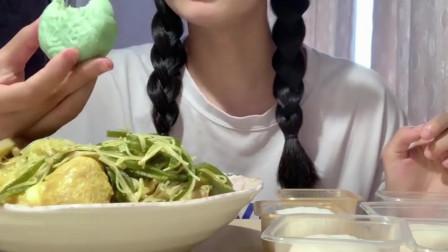 美食吃播:大胃王美女吃榴莲和冰皮月饼,大口吃的真香!
