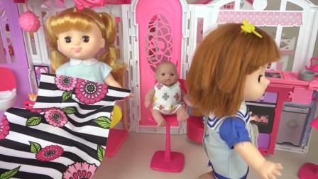 咪露娃娃带着小芭比去豪华城堡玩,给他做蛋糕吃还哄他睡觉