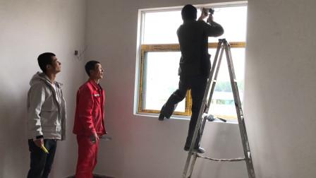 农村小伙家粉刷房子,爸爸先让师傅装后墙窗户,以免被雨水打湿