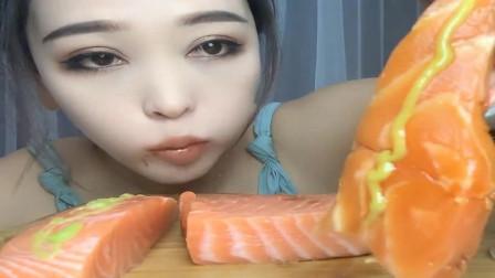 吃播大胃王:大姐吃个三文鱼刺身,超大一块直接吃,这吃法特别过瘾啊