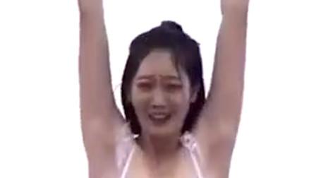 美女穿泳衣参加闯关节目,主持人不知该看哪,摄影机都无处安放了