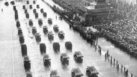 兵临城下:面对来势汹汹的德军,苏联在红场举办阅兵,誓驱德寇