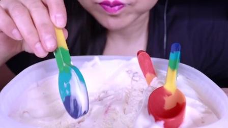 用彩虹勺子吃草莓冰淇淋,满足你的少女心,勺子的味道更棒