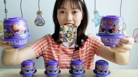 """美食拆箱:小姐姐吃""""旋妙杯"""",转出巧克力饼干,浓郁香脆超赞"""