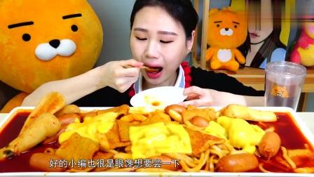 韩国大胃王卡妹吃芝士年糕火鸡面,一盘子的红油,看着就很辣!
