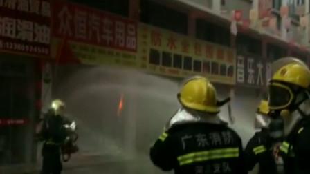 广东河源一汽配城突发火灾,消防员紧急前往,目前大火已被扑灭