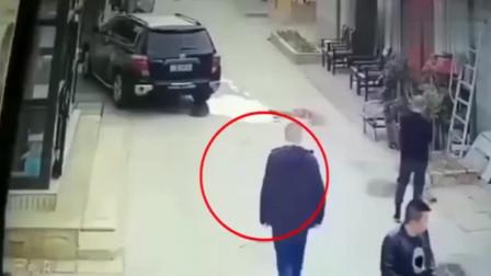 监控:这仇得有多大,男子经历的这一切,要不是监控谁信!