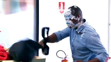 号称最皮的小丑,用蛋糕扔在路人的脸上,路人对此却束手无策