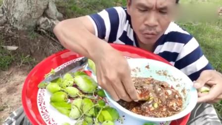 户外鲜芒果蘸辣椒酱,吃得太过瘾了