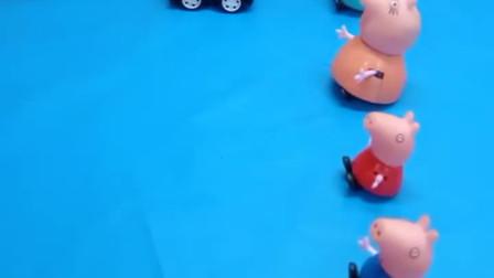 神奇的给佩奇一家人分小汽车了,大家都是小汽车,只有乔治的是个滑板车这可怎么办啊?