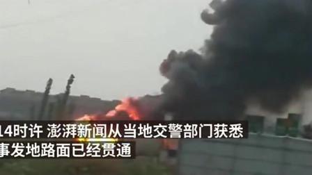 河南郑州高速路上一辆载满鞭炮的大货车被挖掘机追尾,现场鞭炮声不断