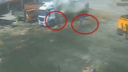 两小伙正在尽力维修车辆,谁知意外突然降临,监控拍下事故全过程