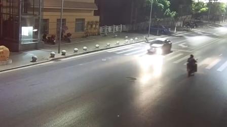 【重庆】行人过斑马线时遭车撞飞 腾空旋转后重摔在地