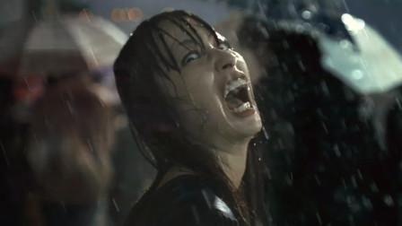 生化危机:美女下雨不打伞,站立数秒之后,满脸狰狞见人就咬