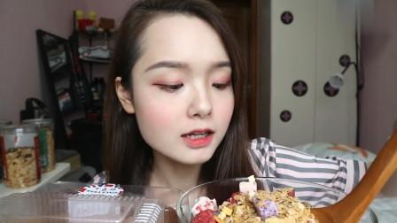 吃货哎哟阿尤吃一个蛋糕卷,搭配酸奶麦片往嘴里塞,吃相真诱人!