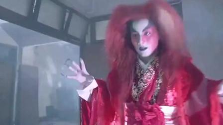 梁家辉夺回邱淑贞的人皮灯笼,不料遭到红衣女鬼的追杀!