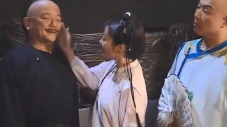 铁齿铜牙:小月拍拍和珅的脸:白白胖胖卖豆腐的吧?身后皇上偷乐
