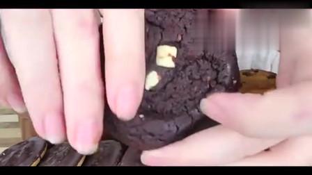 巧克力曲奇饼干蘸着巧克力慕斯,看起来又腻又好吃啊