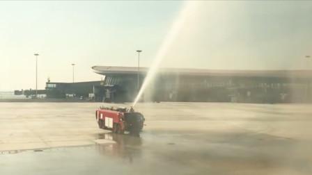 吉祥航空首架飞抵大兴国际机场航班落地,机场以水门迎接