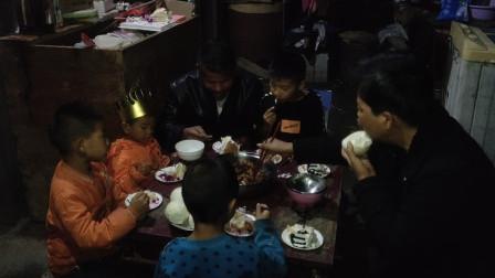 农村4个孩子的家庭,生日怎么过?一个生日蛋糕多么的来之不易