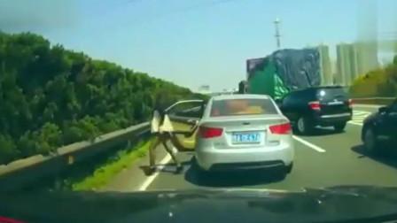女司机高速路上突然下车,行车记录仪拍下荒唐一幕!