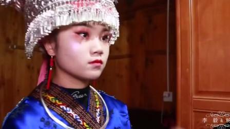 贵州黔东南苗族一姑娘出嫁,正在梳妆打扮,听说这一身服饰很值钱