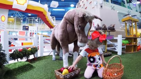 萌娃小可爱们在儿童乐园里体验农场的生活,小家伙们摘菜喂动物,玩的可真是开心呢!