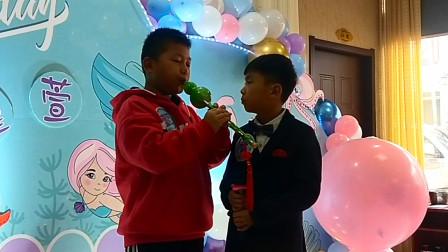 生日派对上小帅哥葫芦丝演奏《婚誓》,旁边的小弟弟一脸羡慕
